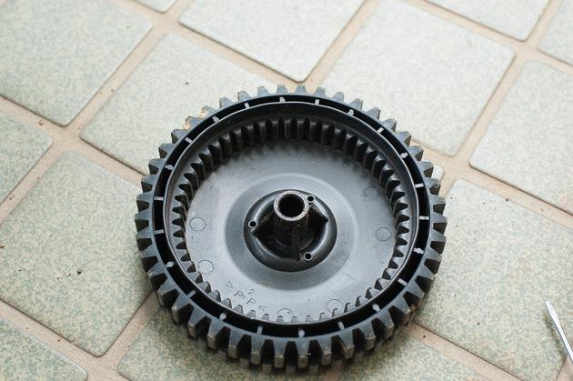 芝刈り機の車輪部分の内側
