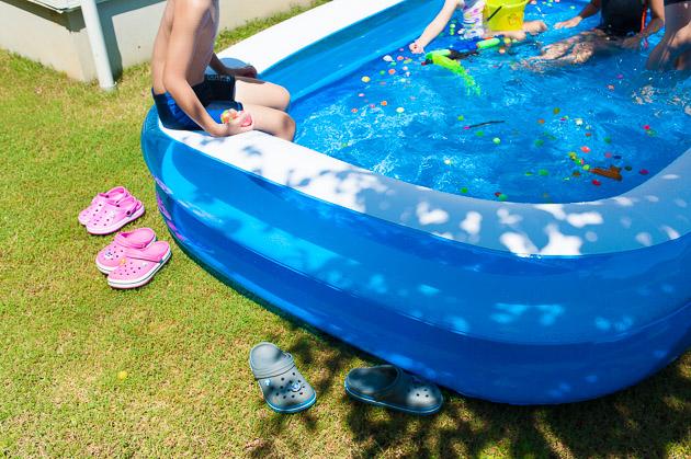 庭でプール遊び