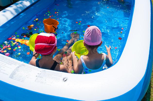 庭プールで遊ぶ子ども達